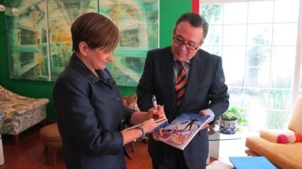 Mercedes Jahn dedicando su libro a Luis Fernando González